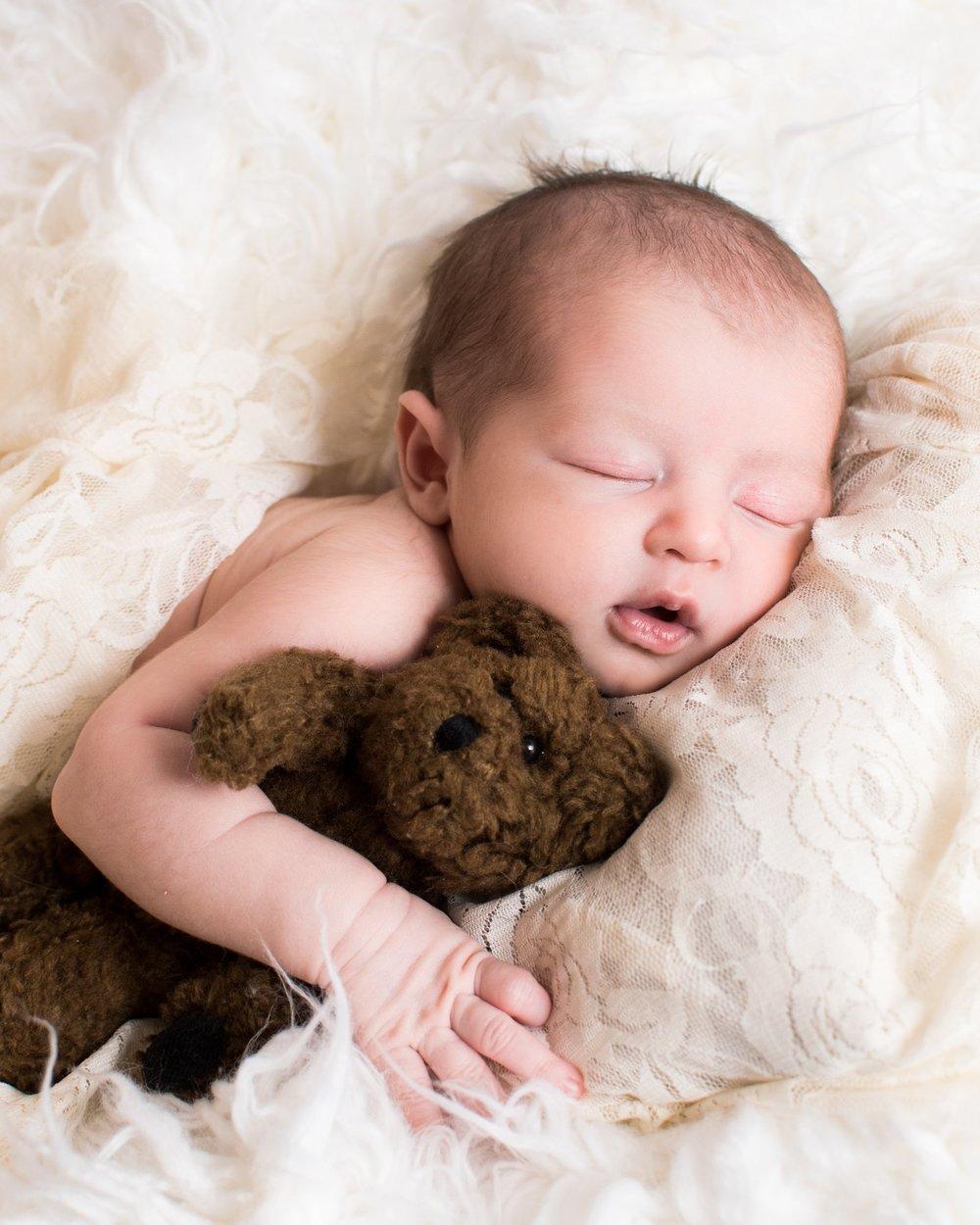 Kyla Jo Photography // Muncie, Indiana // Newborn Photos // Newborn Session // Muncie indiana newborn session // Newborn photographer muncie indiana // indiana newborn photographer // Teddy Bear in Newborn Photos