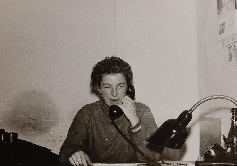 Anni Gritzner an ihrem Arbeitsplatz Anfang der 1950er-Jahre. Sie arbeitete im Betriebsbüro, und war dort u.a. für die Erfassung der Dienstzeiten und Kontrollen zuständig.  zur Verfügung gestellt von Anni Gritzner