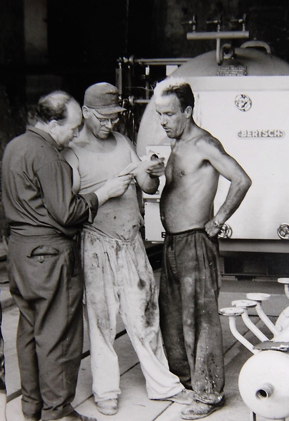 Betriebstechniker Herbert Benauer mit Kollegen um 1965  Gemeindearchiv Thüringen