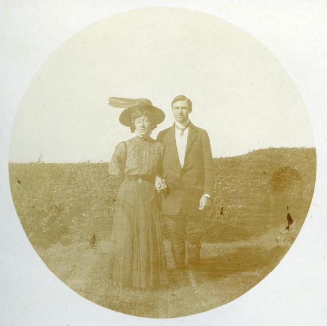 Die Ära Kastner in Thüringen beginnt mit dem Kauf der Textilfabrik im Mai 1909. Im September heiratet Rudolf Kastner Stefanie Münzberg und unmittelbar nach der Hochzeit übersiedelt das junge Paar in die Villa Falkenhorst,  Foto um 1910   zur Verfügung gestellt von Familie Dittrich