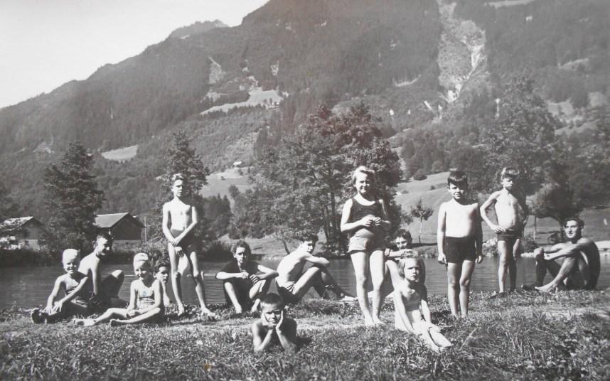 Einer der Stauweiher oberhalb der Fabrik wurde von der Kastner-Belegschaft und der Dorfjugend gerne genutzt. Der Weiher war in den 1930er-Jahren vom Unternehmen speziell dafür saniert worden. Auch die Familie Kastner und später Dittrich nutzen die Bademöglichkeit und errichteten dafür eine eigene Umkleidekabine.  zur Verfügung gestellt von Renate Burtscher