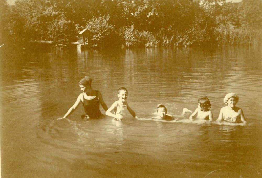 Gäste mit Kastner-Kindern beim Badevergnügen am Stauweiher oberhalb der Fabrik  Foto um 1918 zur Verfügung gestellt von Familie Dittrich