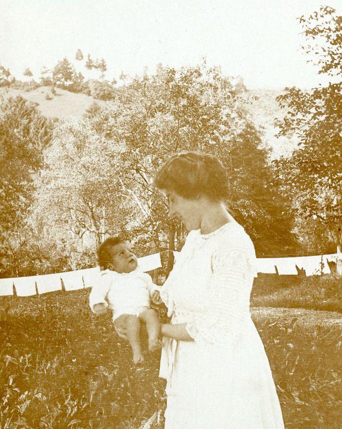 Stefanie Kastner mit einem ihrer drei Kinder, im Hintergrund Windelwäsche im Park der Villa Falkenhorst  Foto zwischen 1910-1917 zur Verfügung gestellt von Familie Dittrich