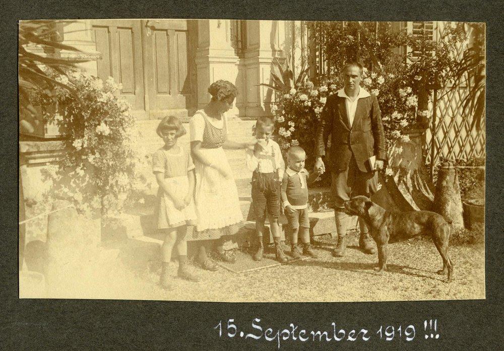 Familienfoto v.l.n.r.: Gladys, Stefanie, Harry, Kurt und Rudolf mit Boxl  Foto 1919 zur Verfügung gestellt von Familie Dittrich