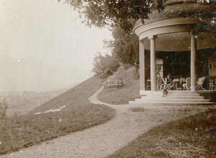 """""""...den Pavillon, da haben wir gejausnet. Am Nachmittag kam mein Vater von der Fabrik herüber um halb vier, da haben wir dann Kaffee getrunken, dann ist er wieder hinüber gegangen.""""  Interview mit Kurt Kastner 2013 Foto um 1918 zur Verfügung gestellt von Familie Dittrich"""