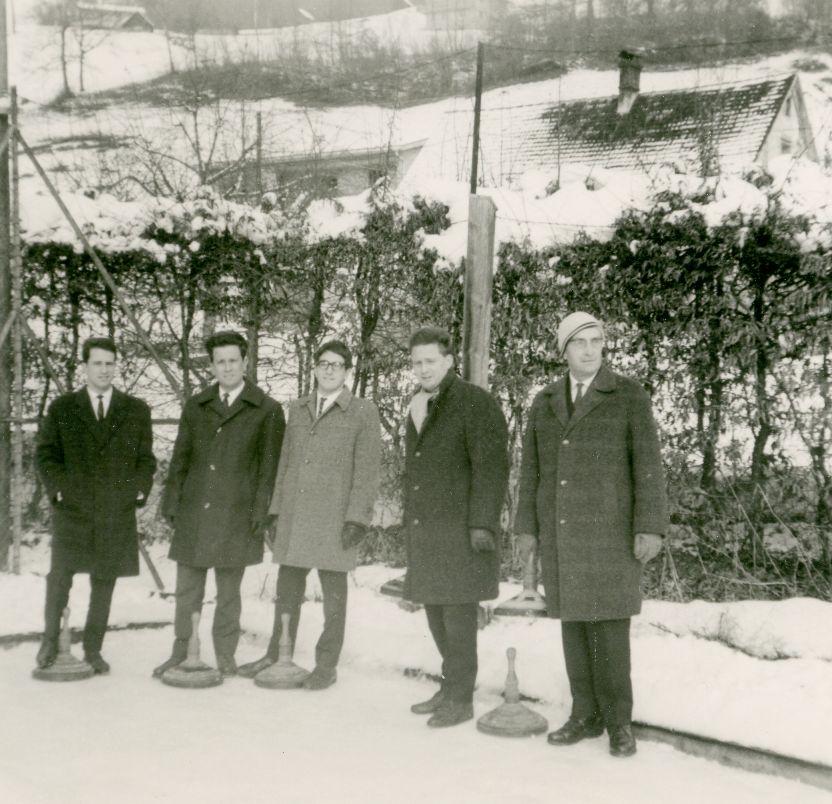 Josef Dittrich (rechts) mit seinen vier Söhnen beim Eisstockschießen am umfunktionierten Tennisplatz im Park der Villa. Foto um 1960  zur Verfügung gestellt von Familie Dittrich
