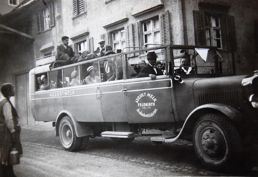 Betriebsausflug eines Teils der Fabrikbelegschaft. Für den Tag wurde ein Bus des Unternehmens August Melk aus Feldkirch gemietet.  Foto um 1930 zur Verfügung gestellt von Christel Handlos
