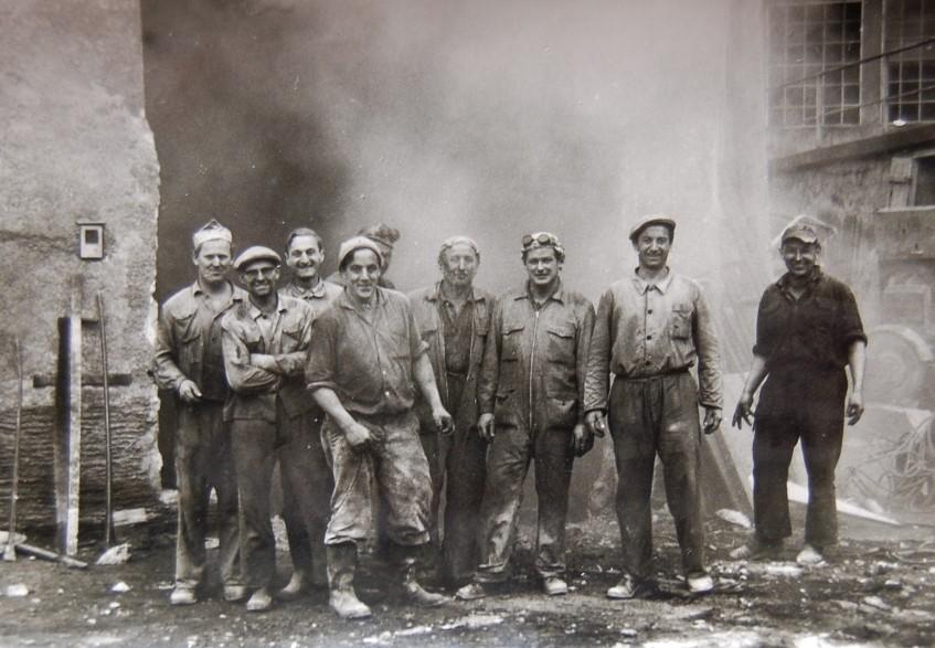 Die Montagetruppe, die kurz vor der Schließung des Unternehmens 1966 noch einen Kesseltausch vornahm.  Foto 1966 Gemeindearchiv Thüringen