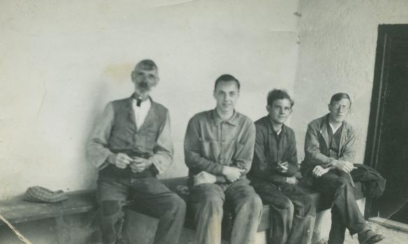 Arbeitergruppe in der Pause, zweiter von links Viktor Gerstgrasser  Foto Ende 1940er-Jahre   Gemeindearchiv Thüringen