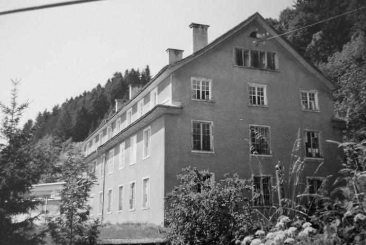 Das bekannte Kosthaus Nr. 3 direkt am Fabriksgelände  Foto um 1965 Wirtschaftsarchiv Vorarlberg