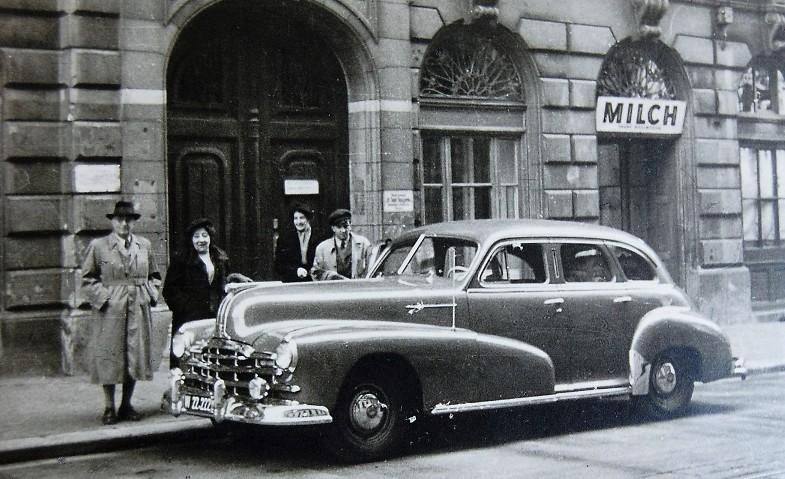 Rudolf Kastner lernte erst in Vorarlberg Autofahren. Er übernahm das Fahrzeug von Heinrich Wintsch, dem Vorbesitzer der Fabrik. Bis 1928 sollte er der einzige Fahrzeugbesitzer in Thüringen bleiben. In späteren Jahren fuhr ihn Tochter Gladys zu Terminen oder in Wien der Chauffeur Herr Fuchhuber, der am Foto mit dem Ehepaar Kastner hinter dem Pontiac zu sehen ist.  Foto um 1950   zur Verfügung gestellt von Familie Dittrich
