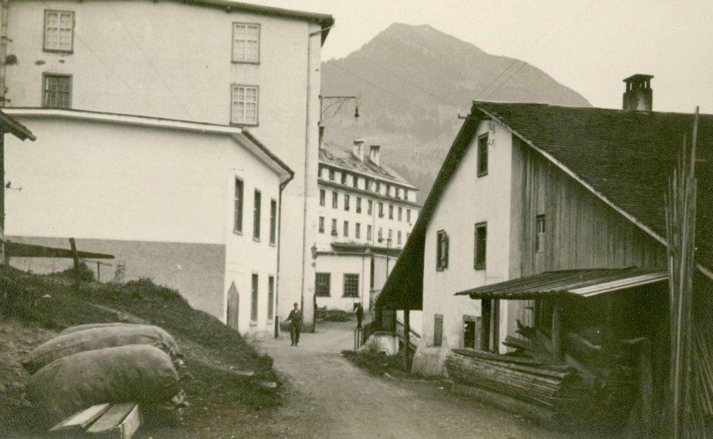 Blick von Westen in den Fabrikshof, im Vordergrund rechts das sogenannte Stuchlyhaus.  Foto um 1915 Gemeindearchiv Thüringen