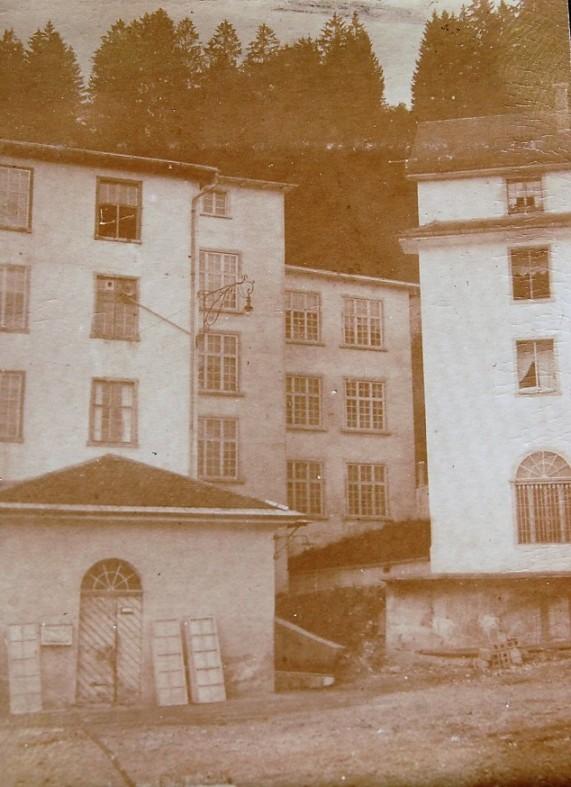 Das Stiegenhaus mit der Schlosserei zwischen der Fabrik und dem Kosthaus.  Foto um 1915 zur Verfügung gestellt von Familie Dittrich