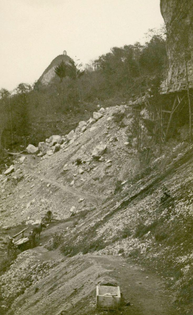 In der Zwischenkriegszeit wurde auch ein Steinbruch mit Schotterwerk in Landeck erworben. Diese Investition galt als Absicherung für das Textilunternehmen. Später wurde Rudolf Kastners Schwiegersohn Josef Dittrich am Steinbruch beteiligt.  Foto um 1920   zur Verfügung gestellt von Familie Dittrich