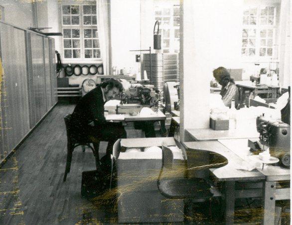 Büro und Nähsaal in Einem - die Huber Wäscheproduktion.  Foto um 1975 zur Verfügung gestellt von Paula Holzknecht