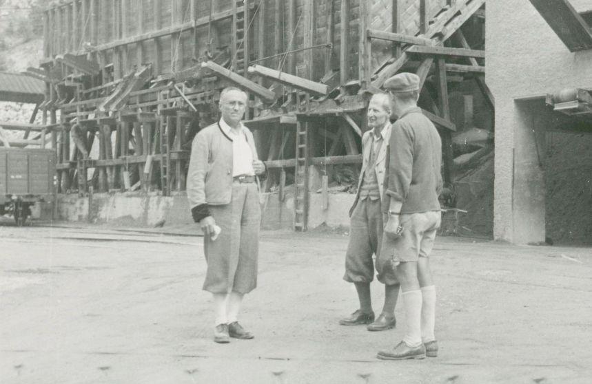 Rudolf Kastner bei einer Besprechung im firmeneigenen Steinbruch in Landeck  Foto um 1946 zur Verfügung gestellt von Familie Dittrich