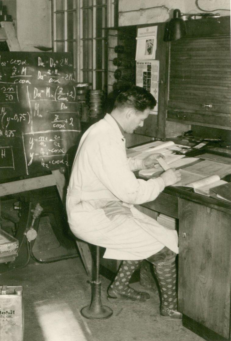 """Werksleiter Walter Neyer beim Vorbereiten des """"Unterrichts"""" für seine Lehrlinge.  Foto um 1950 zur Verfügung gestellt von Walter Neyer"""
