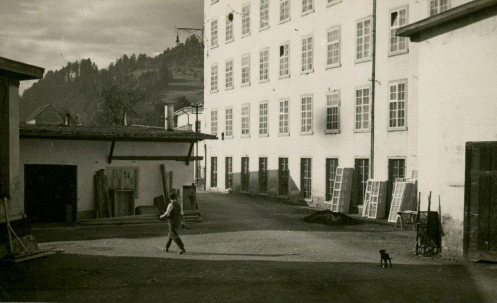 Der Fabrikshof mit den Winterfenstern, die jedes Jahr neu montiert werden mussten.  Foto um 1925   zur Verfügung gestellt von Familie Dittrich