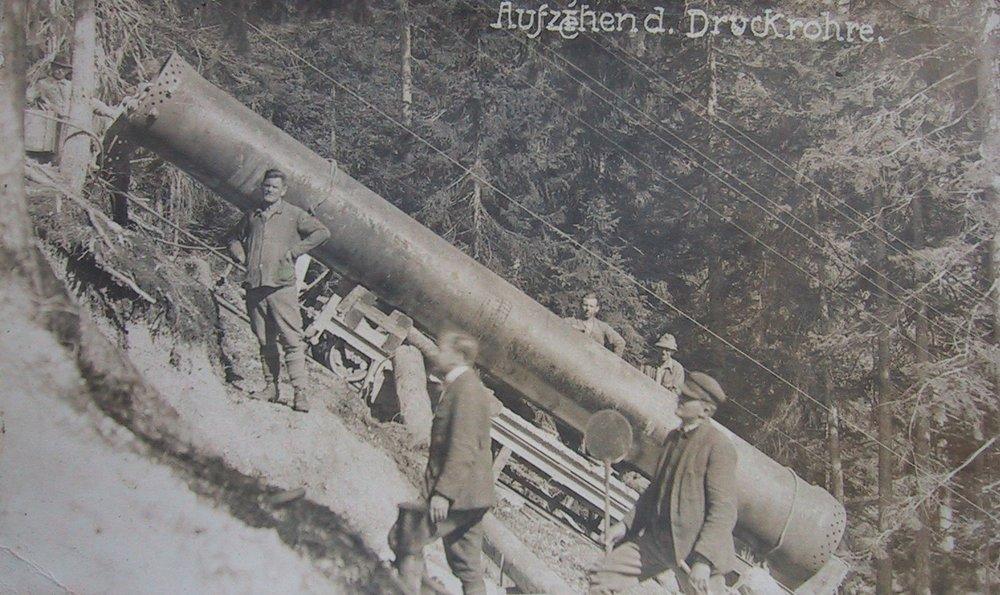 Die Montage einer neuen Druckrohrleitung parallel zum Thüringer Wasserfall. Die Überreste sind heute noch im Wald neben dem Wanderweg zu sehen.  Foto 1909 Gemeindearchiv Thüringen