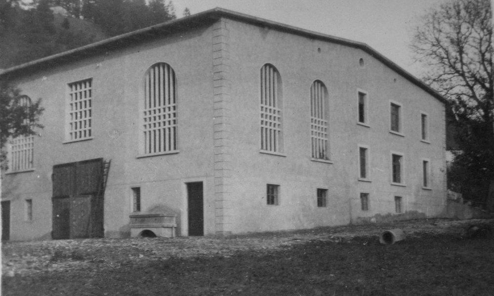 An das freistehende Baumwolllager wurde im Ersten Weltkrieg ein Stall angebaut, um die Versorgung der Belegschaft mit Milch sicher zu stellen. Nach dem Zweiten Weltkrieg wurden neben dem Stall Wohnräume ausgebaut, die als Mädchenheim - als Unterkunft für junge Arbeiterinnen dienten.  Foto 1930er-Jahre zur Verfügung gestellt von Familie Dittrich