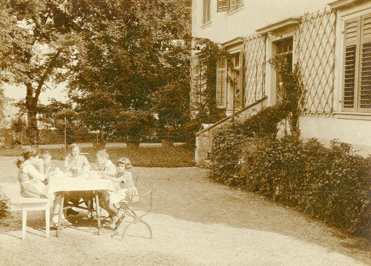 Kinderjause vor dem heutigen Haupteingang, um 1920 Hintereingang der Villa. Rechts am Tisch Gladys Kastner. Foto um 1920  zur Verfügung gestellt von Familie Dittrich