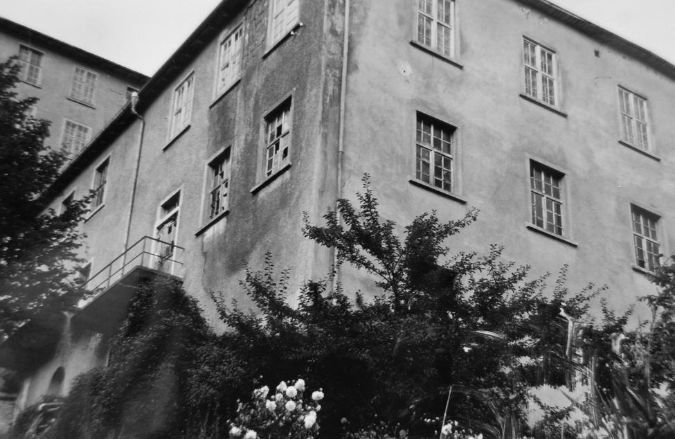 Das untere Turbinenhaus, in dem auch jahrelang die Werksküche untergebracht war. Hier bereits nach der Schließung der Fabrik 1967.  Foto um 1980   Gemeindearchiv Thüringen