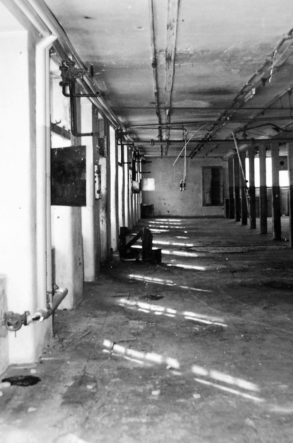Ehemaliger Websaal, kurz vor dem Abbruch der Fabrik 1988  Foto um 1988 Gemeindearchiv Thüringen