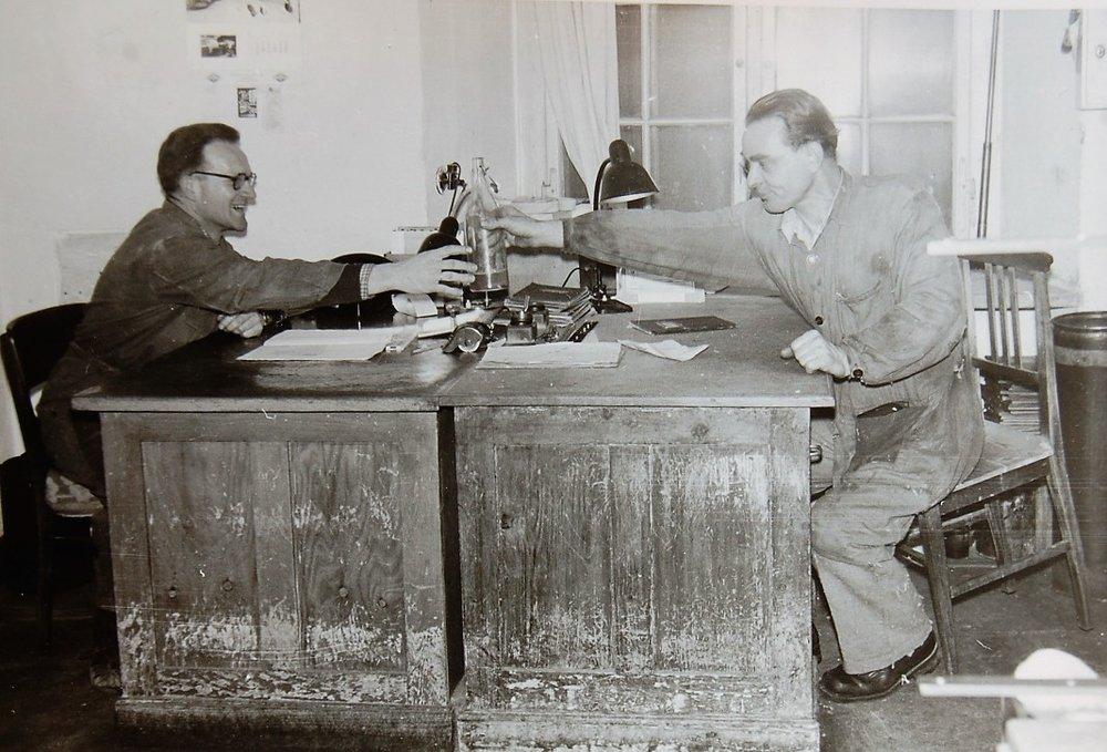 Pause im Betriebsbüro, rechts Konrad Feurstein.  Foto um 1950 zur Verfügung gestellt von Anni Gritzner