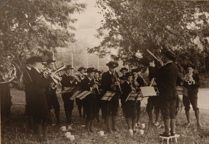 Die Dorfmusikkapelle im Park der Villa Falkenhorst anlässlich des Sommerfestes von Rudolf Kastner 1951 Foto 1951  zur Verfügung gestellt von Familie Dittrich