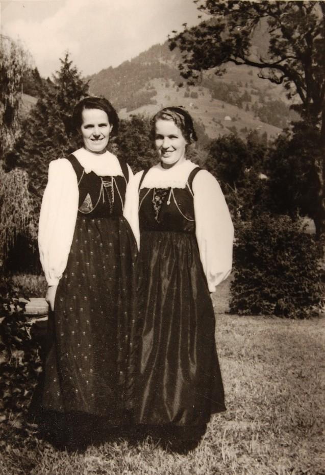 Elsa und Maria Riebelmann beim Sommerfest in der Villa Falkenhorst 1951. Sie arbeiteten als Haushaltshilfen bei der Familie Dittrich und mussten bei dem Fest, wie auch Gladys und ihre Tochter Helga, in Tracht die Gäste begrüßen.  Foto 1951 zur Verfügung gestellt von Familie Dittrich