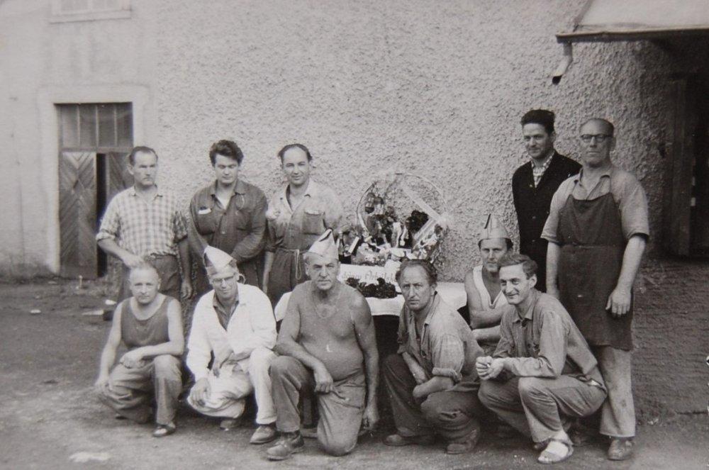 Internes Mitarbeiterjubiläum um 1955. Rechts stehend im schwarzen Mantel: Werksleiter Walter Neyer.  um 1955 zur Verfügung gestellt von Walter Neyer