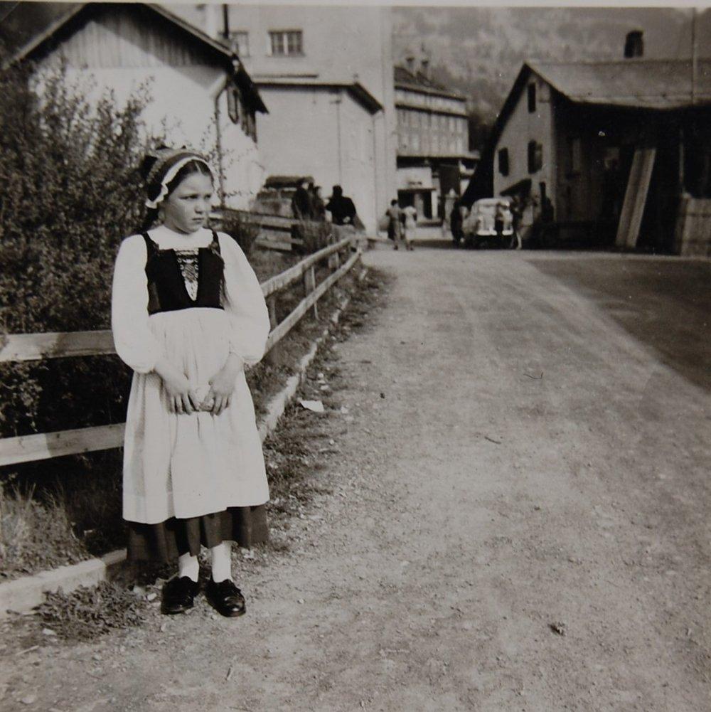 Christel Handlos in Tracht am Tag des Besuchs des späteren Bundespräsidenten Adolf Schärf in Thüringen Ende der 1950er-Jahre.  zur Verfügung gestellt von Christel Handlos