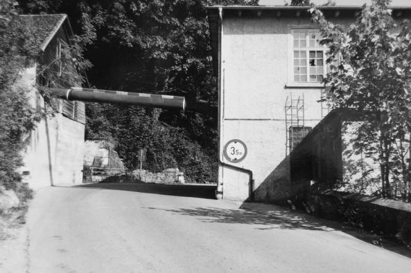 Die Druckrohrleitung führte quer über die Faschinastraße. Sie wurde in den 1980er Jahren abgebrochen.  Foto um 1980 Gemeindearchiv Thüringen