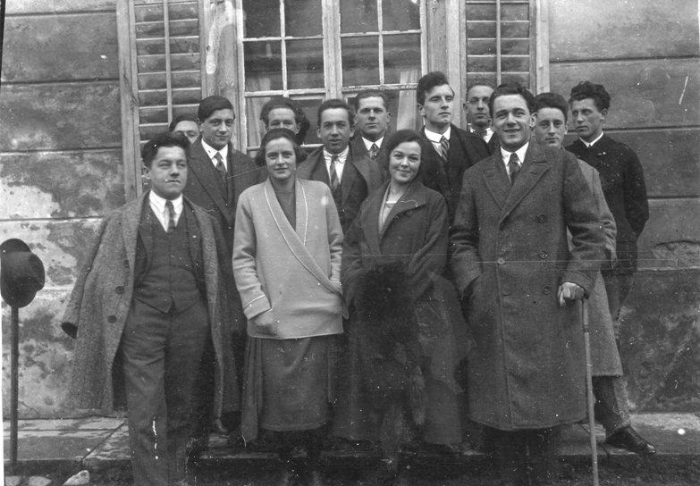 Josef Motter (vorne rechts mit Stock), neben ihm Frl. Fesenmeier (verh. Profanter) und andere Fabriksbeamte von IRK. (Ing. Rudolf Kastner)  Foto Februar 1926 zur Verfügung gestellt von Gerda Rhomberg