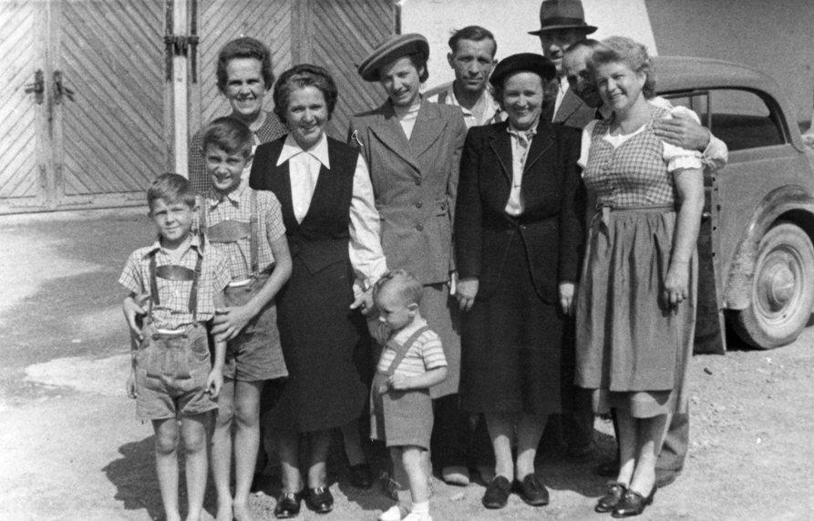 Fabriksangehörige mit ihren Familien (Handlos und Payer) vor den LKW-Garagen (neben dem Mädchenheim) an der Faschinastraße.  Foto um 1950 zur Verfügung gestellt von Waltraud   Wetli -Payer