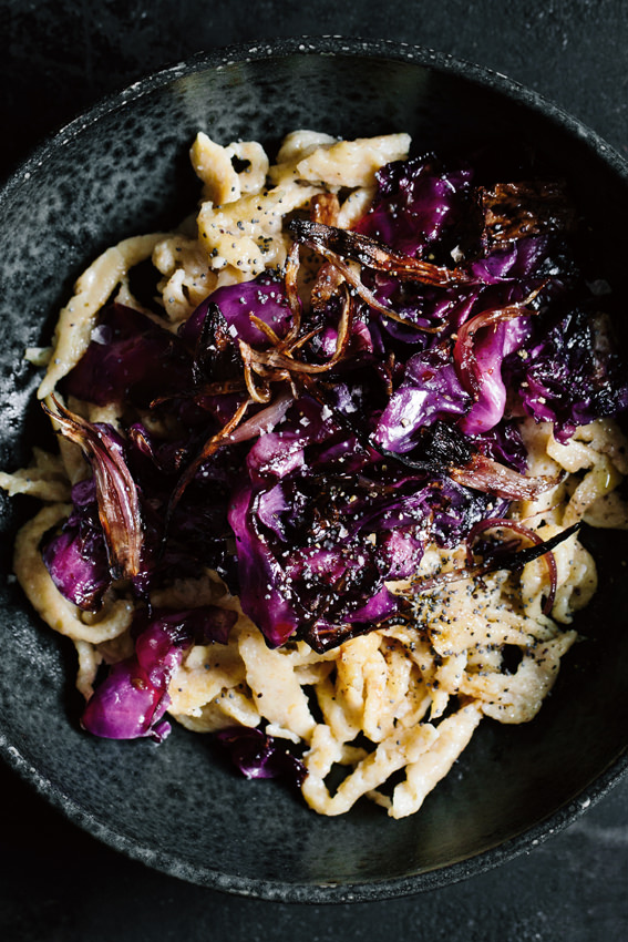 SPAETZLE WITH ROASTED RED CABBAGE - Recipe by Kraut|KopfWe rarely cook cabbage, but mostly bake or fry it. So it not only gets a special taste, but is also soft and crispy at the same time. One of our favorite recipes from the Krautkopf app are spelt spaetzle with poppy seeds and baked red cabbage. High time to introduce it on the blog as well! TRY & TASTE THE SPAETZLE WITH ROASTED RED CABBAGE