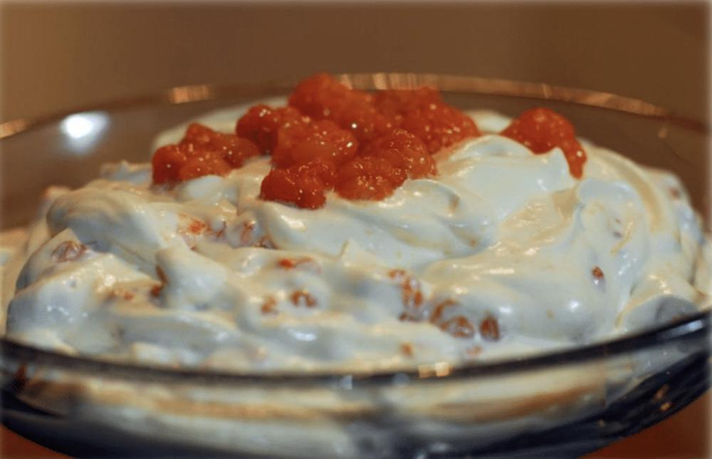 Kremen holder seg fersk og fin. Multene vil ikke slippe vann ut i resten av kremen. - Desserten kan lages i forkant og restene holder seg like fin.