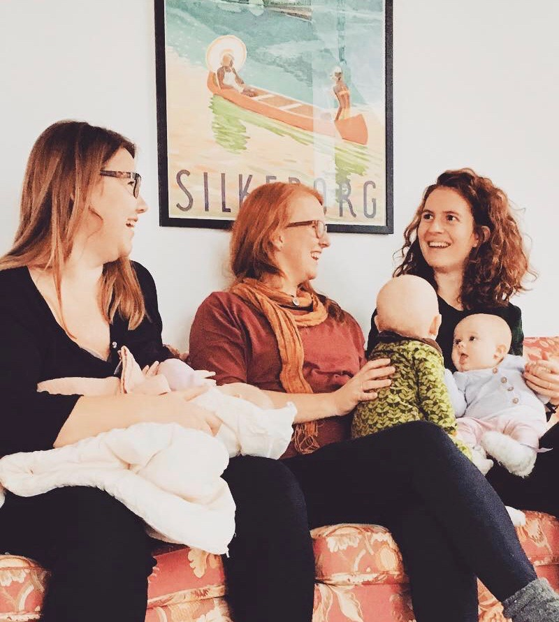 Louise & Ragn - i den blomstrede sofa i Laven - sammen med Betina & Astrid og deres børn.