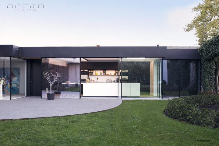 Thuiskantoor Uitbouw Tuin : Poolhouse met minimalistische schuiframen u2014 view