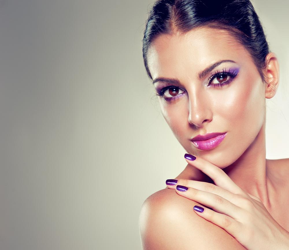 fialové líčení a fialové stíny