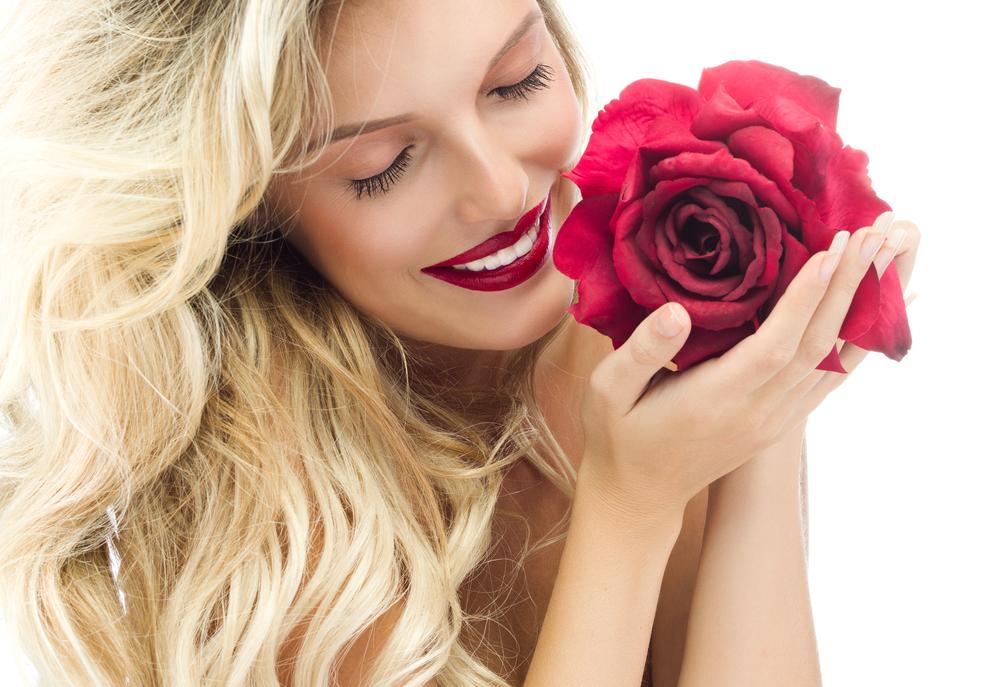 červené rty blond vlasy makeup