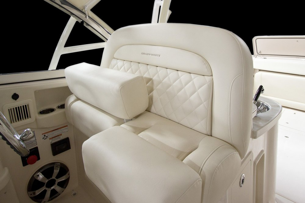 L11_freedom_335_helm_seat.jpg