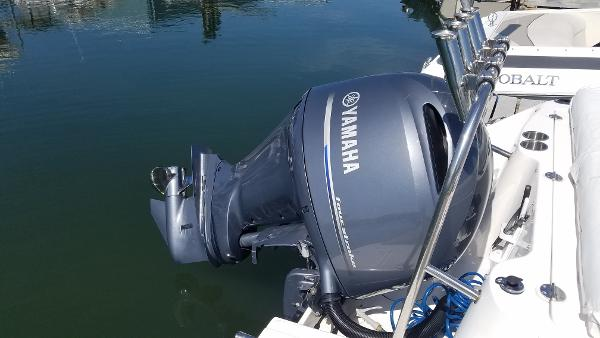 2016 Robalo R227 Dual Console motor.jpg