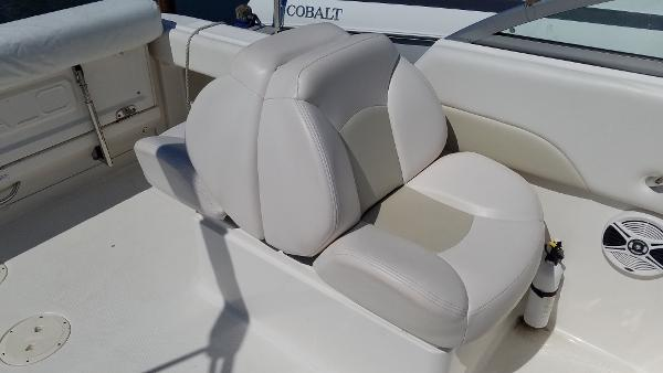 2016 Robalo R227 Dual Console seats.jpg