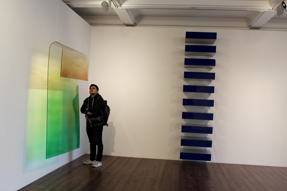 Jhonatan viewing work in the Spruth Magers gallery.