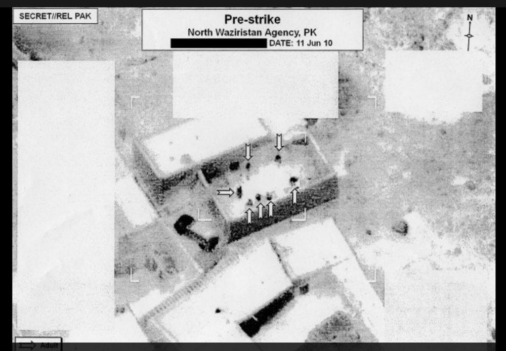 Figura 1. Una imagen de vigilancia editada antes de un ataque, tomada el 11 de junio de 2010, muestra el blanco de un dron en el norte de Waziristán, Pakistán.     Fig. 1. A redacted pre-strike surveillance image taken June 11, 2010, showing drone target in North Waziristan, Pakistan