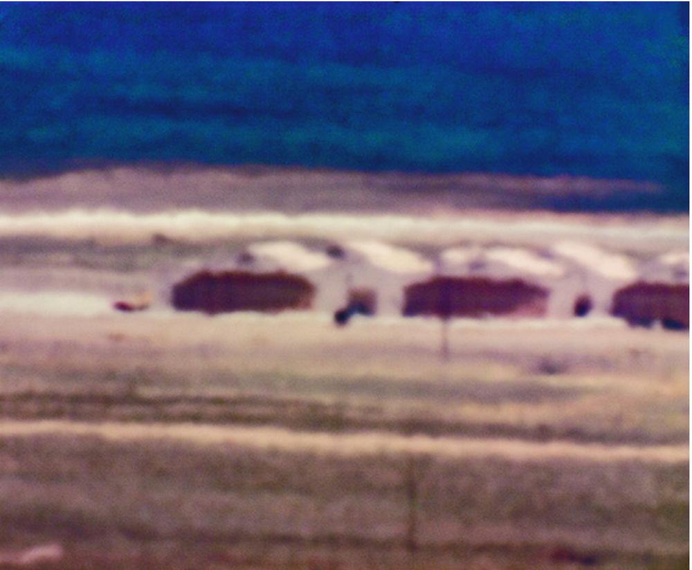 Figura 9. Trevor Paglen, Cañones y vehículo no identificado, Campo de pruebas de Tonopah, distancia/NV ~18 millas/12:45 pm, 2006.      Fig. 9. Trevor Paglen, Canyons, and Unidentified Vehicle/Tonopah Test Range, NV/Distance ~18 miles/12:45 pm, 2006