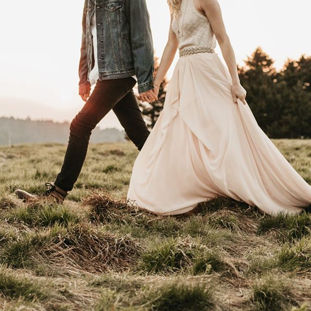 Our favorite kind of stories to tell involve a little adventure. Maybe some dirt or grass stains on the dress. Running up the mountain to chase the sunset. And getting a little sweaty in the process. While ending the adventure with a glass of wine – saluting to love. How does THAT sound? 🤘🏼