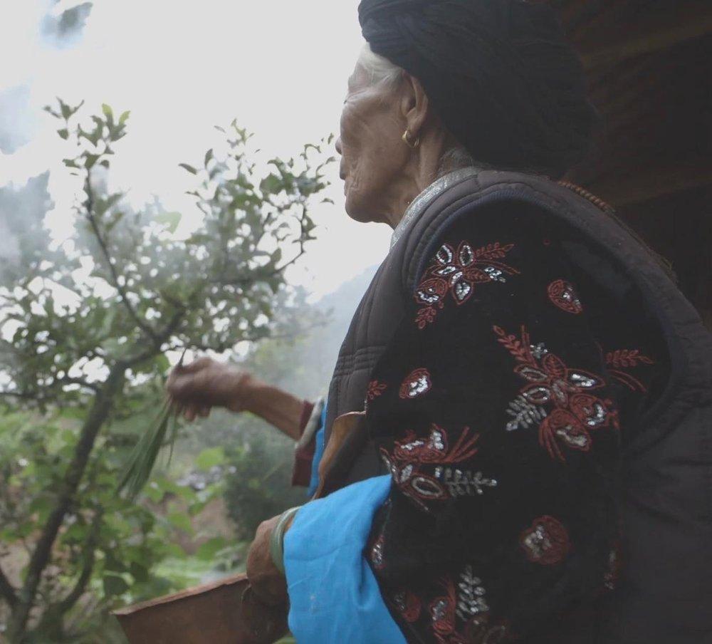 """中国走婚族    中国的独生子女政策导致数以百万计的女性婴儿未能出生,而在这个被称为""""女性统治之地""""的茂密山谷中则完全不同。泸沽湖位于喜马拉雅山脚下,是摩梭族母系社会。该地区4万名居民有着自己独特的家庭结构:让女性当家作主……   阅读更多"""