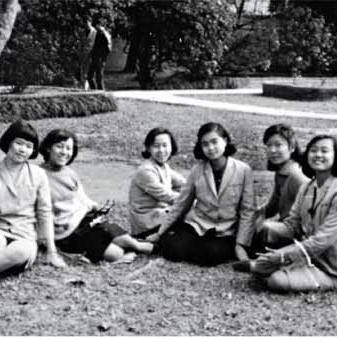 学数学的女孩们    關於兩位60年代台灣女孩追逐數學夢的故事:一是任教於普林斯頓大學數學系的張聖容;一是任教於加州大學聖地牙哥分校數學系的金芳蓉。本片描述兩位成就非凡且揚名國際的現任中央研究院院士,彼此激勵且快樂成長的記憶,並陳述了學數學沒有性別限制,反而得見女性特有的細膩與安靜作為一種優勢……   阅读更多